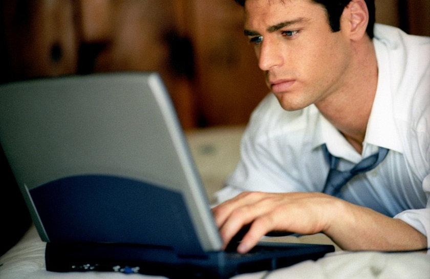 <b> Beden pozisyonu </b><br> Uzun çalışma saatleri boyunca, özellikle bilgisayar karşısında vakit geçirirken vücut pozisyonunuzun doğru olup olmadığına dikkat etmek önemli bir ayrıntı.