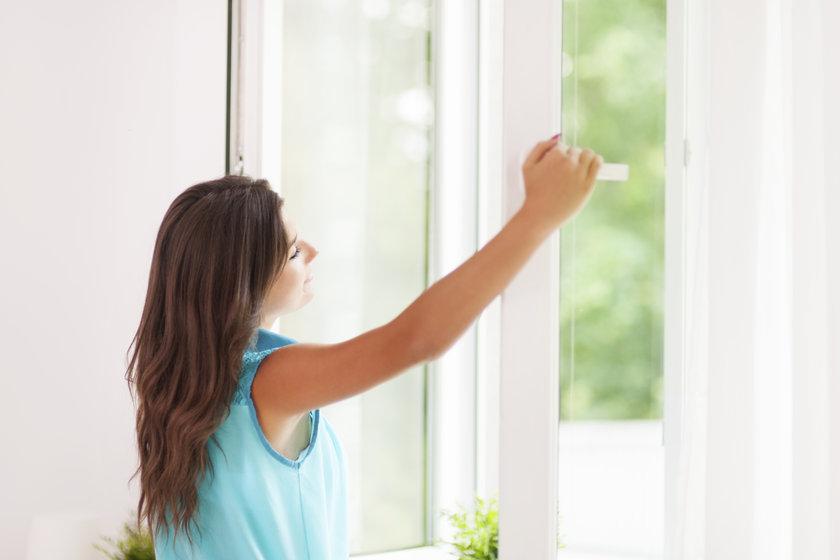 Kapalı bir ortamdaysanız pencereyi açıp temiz havayı içinize çekin ve bol bol derin nefes alın.