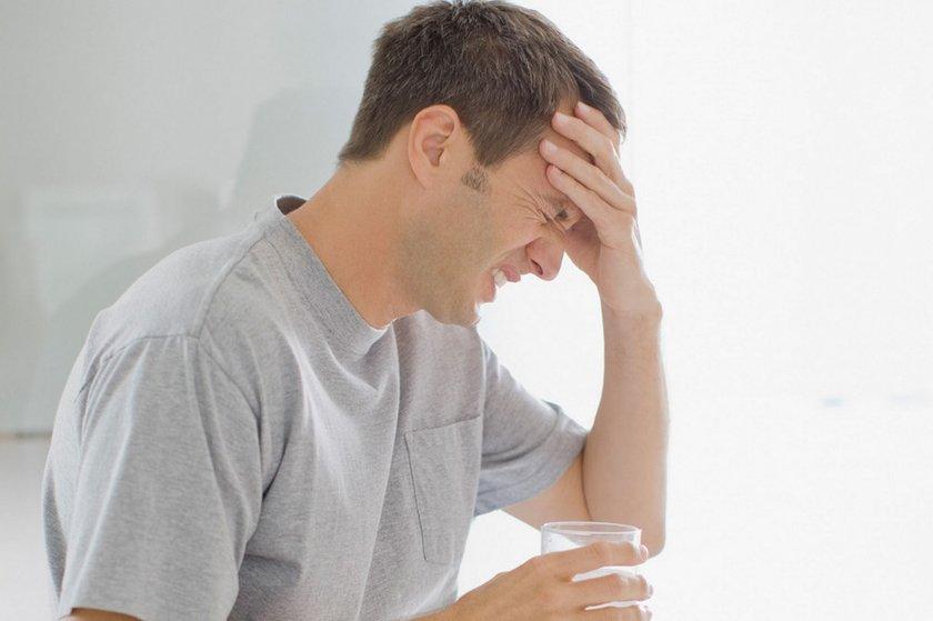 Dehidrasyon, yani vücudun aşırı su kaybetmesi baş ağrısının en yaygın nedenlerinden biri.