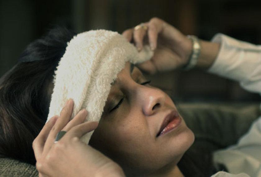 Durumunuz buna müsait değilse alnınıza, ensenize, başınızın üzerine veya ağrıyı en yoğun hissettiğiniz noktaya 5 ila 10 dakika boyunca bir buz torbası ya da soğuk bir havlu koyun.