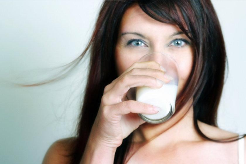 Kalsiyumdan zengin beslenin. Günde 200 ml sütiçin, yoğurt veya dondurma yiyin.