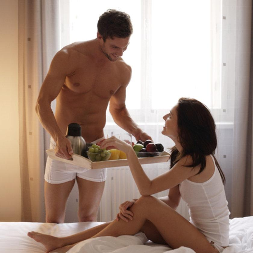 paren-prines-zavtrak-v-postel-porno