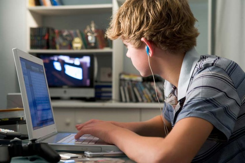 Bilgisayar başında uzun saatler geçirme, piercing taktırma, saçlarına tuhaf kesimler uygulatma, dövme yaptırma, akıllı telefon ve tablet gibi teknolojik ürünlerin yeni çıkanlarını isteme, eve gelmeme gibi davranışlar aileleri rahatsız ediyor.