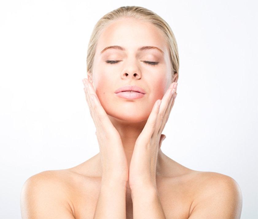 Yüzünü günde iki kere yıkamana gerçekten hiç gerek yok. Özellikle kuru cildi olanlar bundan kaçınmalı. \n