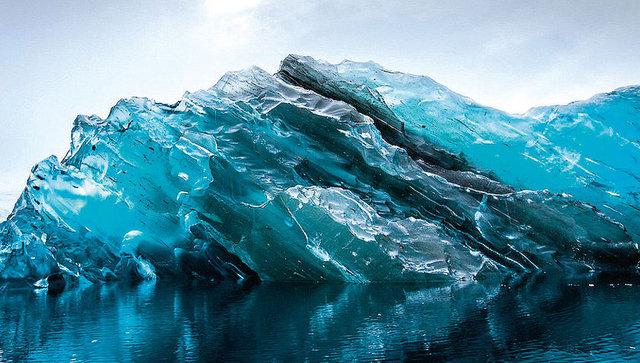 Buzdağının üzerinde kar veya herhangi bir pürüz barındırmadığı ve iç yapısını da kristal netliğiyle gözler önüne serdiği belirtildi.