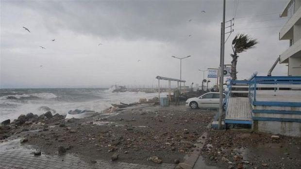 İzmir'de korkunç fırtına: Minare böyle devrildi!