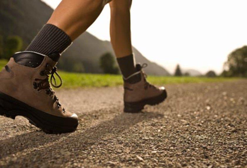 Parmakların beslenmesi bozulduğunda tırnak kesmek ya da ayakkabıların parmakları sıkması gibi basit travmalar bile parmak ya da topuklarda yara açılmasına yol açabilir.\n