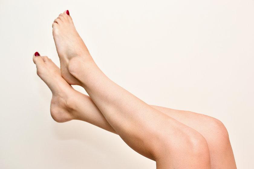 Bacak damarında darlık ya da tıkanmalar yürümekle bacak bölgesinde, özellikle baldır kaslarında ağrı oluşturarak kendini belli eder.\n
