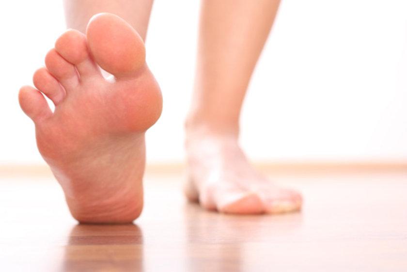 Yürümekle baldır kaslarında oluşan ağrı 2-3 dakika dinlendikten sonra geçer ancak yürümeye devam edince aynı mesafede tekrar oluşur.