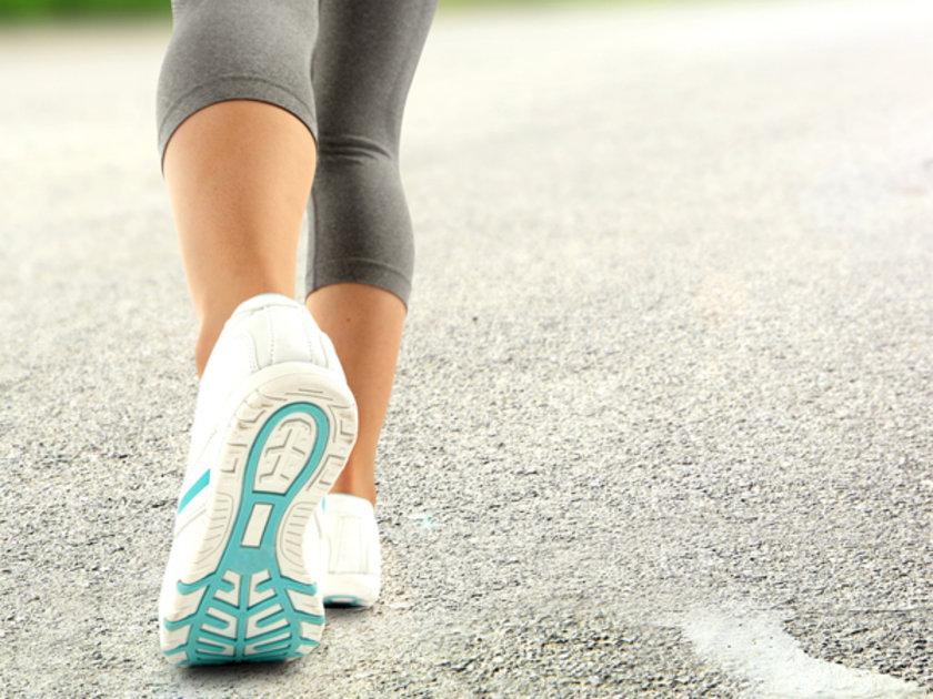Bu durumda yürümekle değil dinlenme halinde bile bacaklara yeterli kan akımı sağlanamaz ve kan akımın en uç noktası olan ayak ve parmaklarda ağrı oluşur.\n