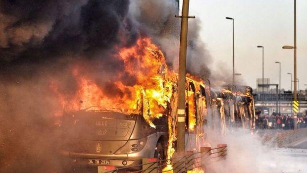 Metrobüs alev alev yandı! Olay yerinden görüntüler...