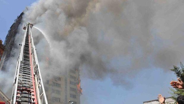 Bakü'de 16 katlı bir binada yangın!