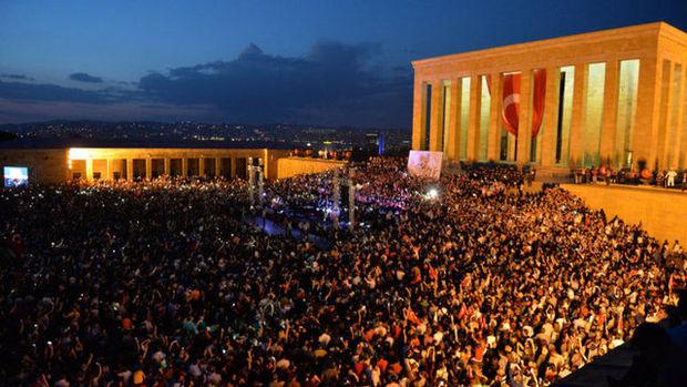 Binler Anıtkabir'e aktı!