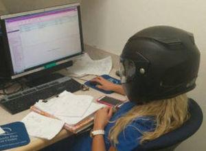 Ofiste sıkılan çalışanların masa başı eğlencesi