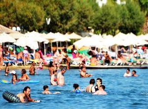 Beach club'lar boşaldı, halk plajları doldu taştı
