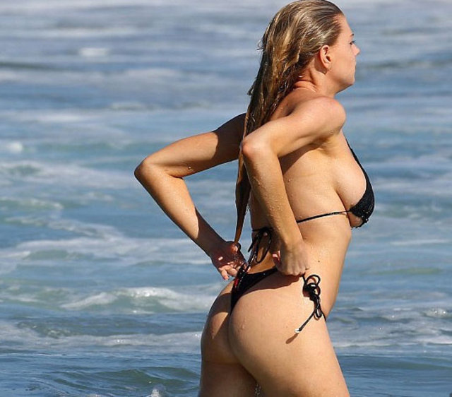 Charlotte McKinney bikiniye sığmadı