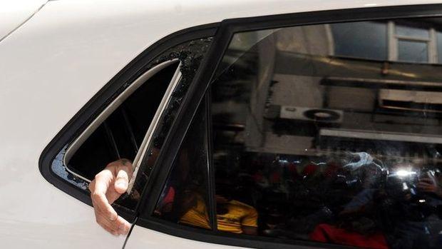 Arabada mahsur kalan kadını itfaiye kurtardı!