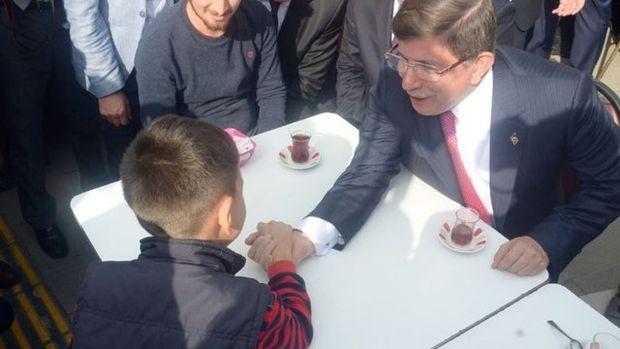 Başbakan Davutoğlu ile minik Enes'in bilek güreşi