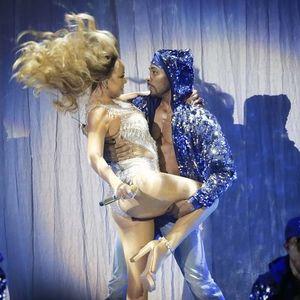 Mariah Carey dekoltesinin azizliğine uğradı