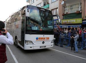 Trabzon'da Fenerbahçe otobüsüne yabancı madde yağdı