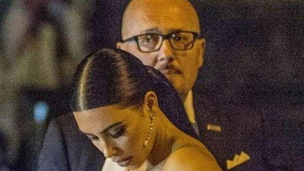 Kim Kardashian'ın göğüsleriyle başı dertte