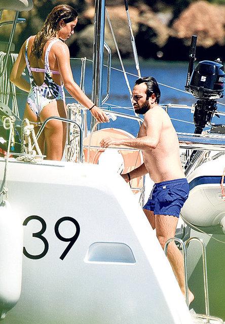 Arkadaşlıkları dostluğa dönüşen Özge Özpirinçci ve Buğra Gülsoy, sevgilileriyle birlikte tekne tatiline çıktı.