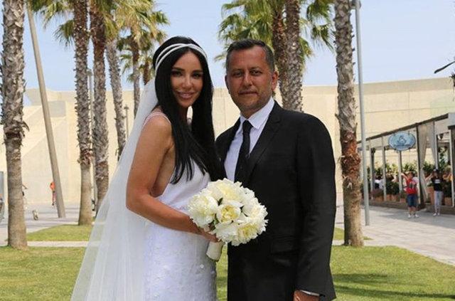 Gülşen ve Ozan Çolakoğlu, dün saat 15.15'te İspanya'da düzenlenen sade bir törenle hayatını birleştirdi. Çift, dört yıl önce baş başa yaptıkları ilk tatillerinde gittikleri, aynı zamanda Çolakoğlu'nun Gülşen'e evlenme teklifinde bulunduğu Barcelona şehrinde evlendi.