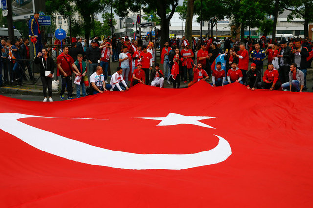 A Milli Takımımızın EURO2016'da ilk kez sahne alacağı Hırvatistan maçı öncesinde Türk taraftarlar Paris sokaklarını tezahüratlarla inletiyor.