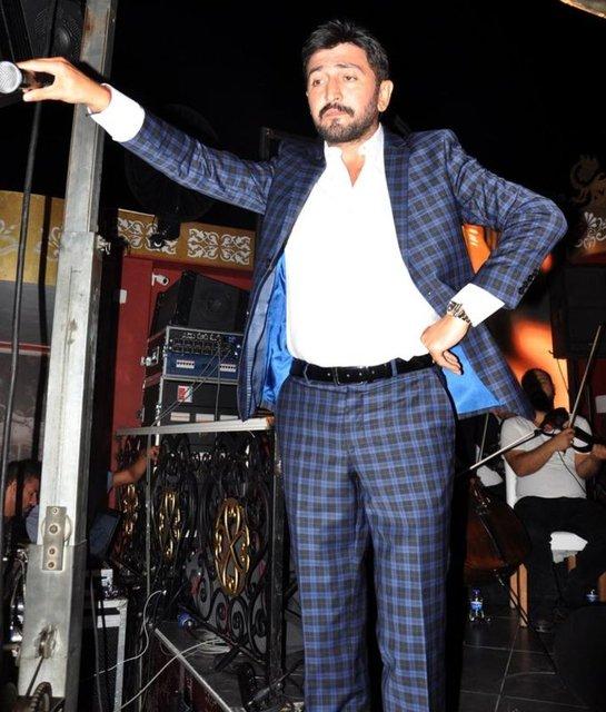 Ramazan nedeniyle sahne programına ara veren Ferman Toprak, Marmaris'te tatil yapıyor. Yeni imajıyla dikkat çeken şarkıcının sakal ve bıyıklarını kestiği görüldü.