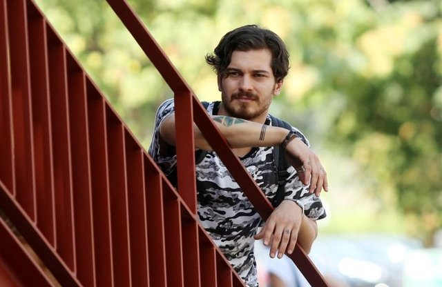 Ünlü manken ve oyuncu Çağatay Ulusoy, uzun bir süredir Amerika'da yaşıyor.
