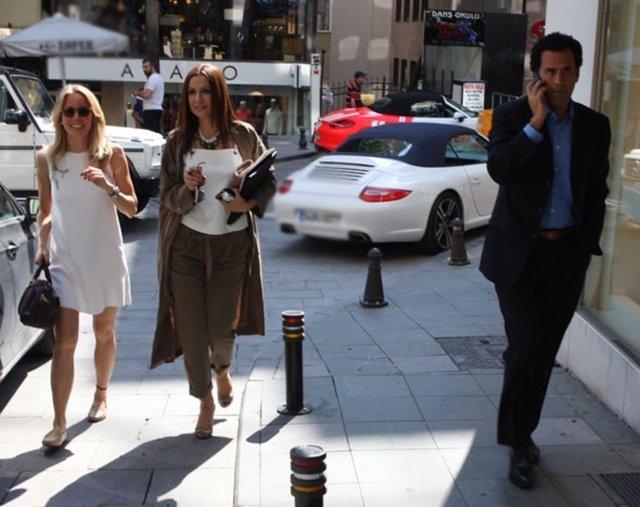 Bade İşçil ve Malkoç Süalp, önceki gün Nişantaşı'ndaki bir mekanda buluştu. Oğulları Azur ile Süalp'in avukatı Feyza Tükel Aydoğan'ın da eşlik ettiği çift, kapıda habercileri görünce tedirgin olup birbirinden uzaklaştı. Süalp koşar adım içeri girerken, İşçil sorulara yanıt verdi: