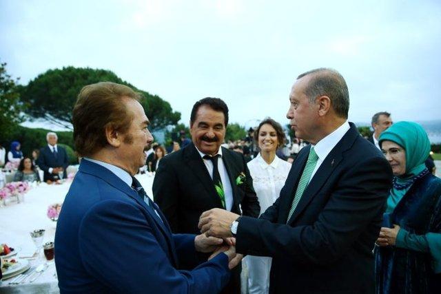 Cumhurbaşkanı Recep Tayyip Erdoğan, Huber Köşkü'nde sanatçı ve sporcularla buluştuğu iftar programındaki konuşmasında, Türkiye'nin her alanda olduğu gibi sanat ve spor konusunda da kendisine çok büyük hedefler belirleyen ve buna uygun altyapıyı kurmaya başlayan bir ülke olduğunu dile getirdi.