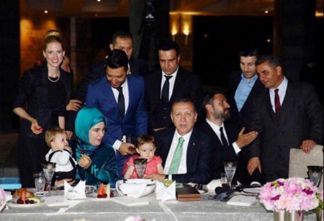 WILMA ELLES Cumhurbaşkanımız Recep Tayyip Erdoğan Ve eşi Emine Erdoğan ikizlerimiz Milat ve Melodi birlikte Hüber Köşkü'nde... Muhteşem iftar yemeği için çok teşekkür ediyoruz!