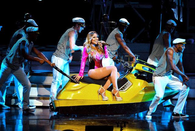 Şarkıları kadar verdiği konserlerde sahne şovlarıyla da konuşulan Mariah Carey yine şaşırtmadı.