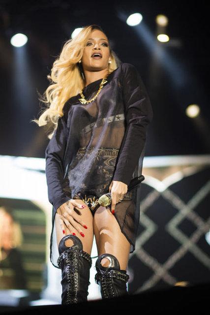 """GAZETE HABERTÜRKPop yıldızı Rihanna, İrlanda'nın başkenti Dublin'de önceki akşam verdiği konserde """"Love The Way You Lie"""" şarkısını söylerken gözyaşları içinde kaldı."""