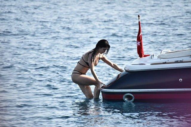 Nuri ALTUNTAŞ/HABERTÜRK MAGAZİNMurat Dalkılıç ve Merve Boluğur, tatil için Bodrum'u seçti. Ünlü çift önceki gün, lüks bir sürat motoru kiralayıp Yalıkavak Marina'dan denize açıldı.