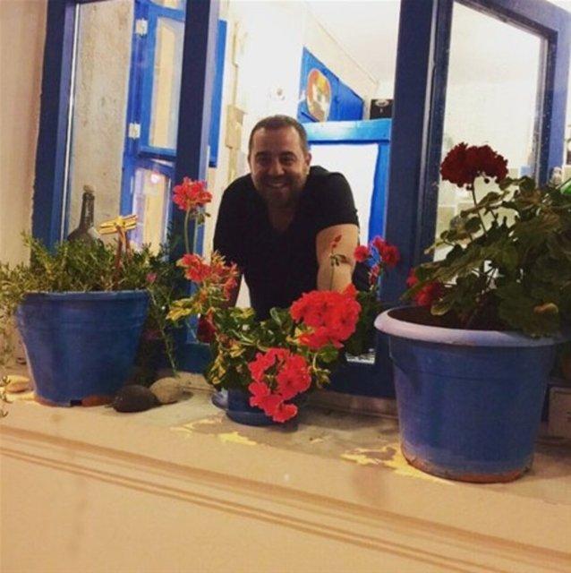 Günlerini Bozcaada'da geçiren Ata Demirer'in evi bölgeye gelen ziyaretçilerin uğrak yeri haline geldi. Demirer'in kaldığı yerde fotoğraf çektirmek isteyenler olunca komedyen evini değiştirdi.