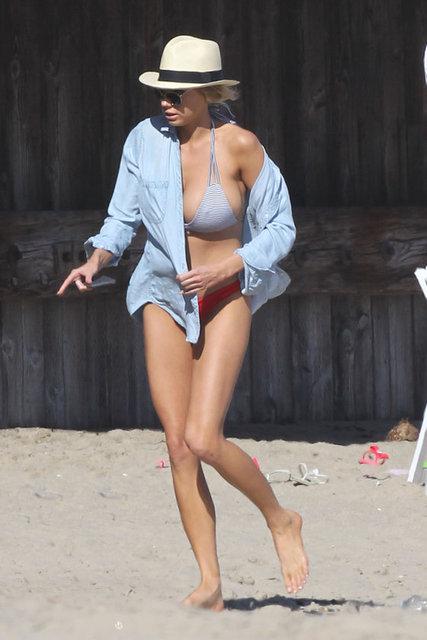 Şu sıralar Baywatch (Sahil Güvenlik) adlı diziden uyarlanan filmde rol alan model ve oyuncu Charlotte McKinney hafta sonunu kumsalda geçirdi.