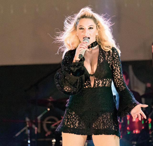 HT MAGAZİN Hadise önceki akşam Kıbrıs'ta sahne aldı. Dans şovları ve sahne performansıyla göz dolduran güzel şarkıcı, yaklaşık 3 saat sahnede kaldı.