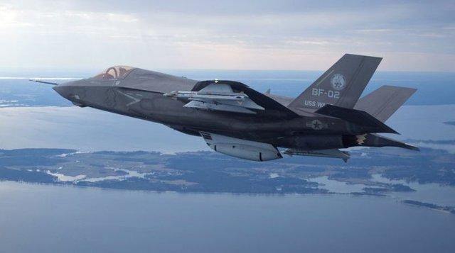 Bugüne kadar geliştirilmesi ve üretimi ile tarihin en pahalı savaş uçağı olarak gösterilen Lockheed Martin'nin F-35 Joint Strike Fighter serisinden üç uçak İngiltere'de görücüye çıktı.