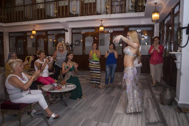 HABERTÜRK MAGAZİN Oyuncu Timur Acar'la önümüzdeki günlerde evlenecek olan Eda Özerkan arkadaşlarıyla birlikte düğün öncesi hamam keyfi yaptı.