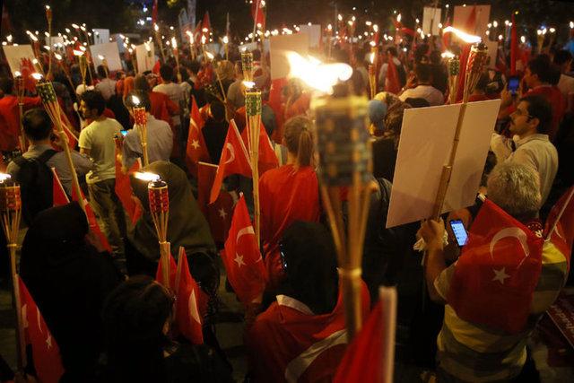 Erdem Şahin / HABERTÜRK HABER MERKEZİ 15 Temmuz darbe girişimine karşı saat 22.00'dan itibaren binlerce vatandaş Boğaziçi Köprüsü'nde 'darbeye hayır' demek için toplandı