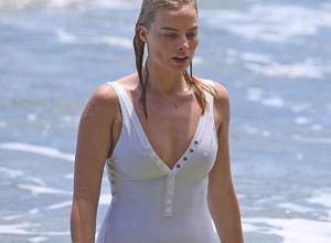 Margot Robbie sörf öğreniyor