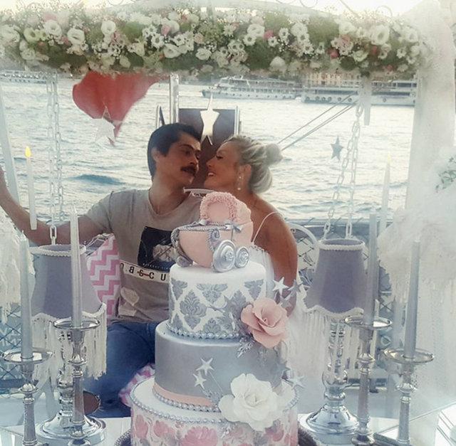 İsmail Hacıoğlu ile eşi Duygu Kaya Kumarki doğacak bebekleri için baby shower partisi yaptı.