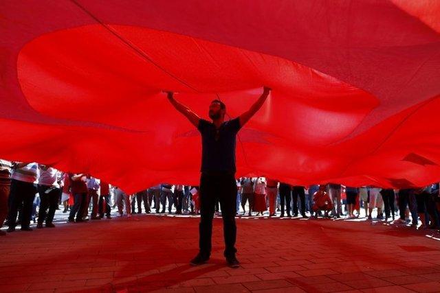 """CHP'nin çağrısıyla çok sayıda parti, sivil toplum kuruluşu ve sendikanın katılımıyla düzenlenen """"Cumhuriyet ve Demokrasi Mitingi"""" için vatandaşlar, Taksim Meydanı'nda toplandı."""
