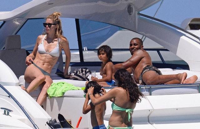 Hollandalı top model Doutzen Kroes, kocası Sunnery James, iki çocuğu ve arkadaşlarıyla birlikte tatil yapıyor. Mutlu çift, mavi tura çıktıkları yatın güvertesinde objektiflere takıldı.