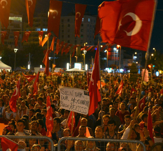 Demokrasi Nöbeti'nin 14. gününde meydanları dolduran binlerce vatandaş darbe girişimine tepki gösteriyor.