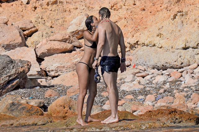 Ünlü DJ David Guetta ve sevgilisi Jessica Ledon arkadaşlarıyla birlikte gittikleri Ibiza tatilinin keyfini çıkarıyor.