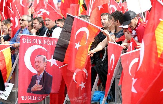 Avrupa'nın çeşitli ülkelerinde yaşayan 80 binden fazla Türk ve Türkiye dostu, Darbeye Karşı Demokrasi Mitingi için Almanya'nın Köln kentinde bir araya geldi.