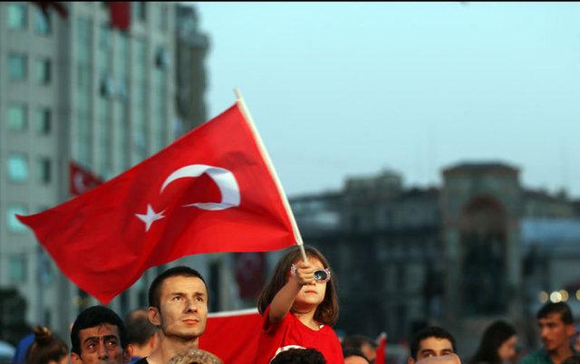 Halk yurdun dört bir yanında, darbe girişimini protesto için meydanlarda toplanmaya devam ediyor